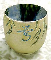 Иероглиф соловей, чаша иллюстрирует стихотворение Басе, художник В. Юделевич